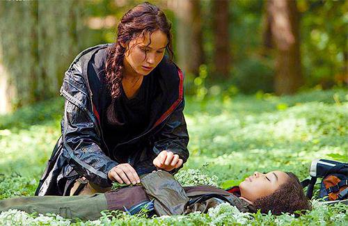 Katniss-Everdeen-kneels-by-the-body-of-Rue